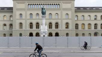 Schutzzaun vor dem Bundeshaus West: Bern glich am Freitagabend einer Festung, weil zu einer unbewilligten antifaschistischen Kundgebung aufgerufen worden war.