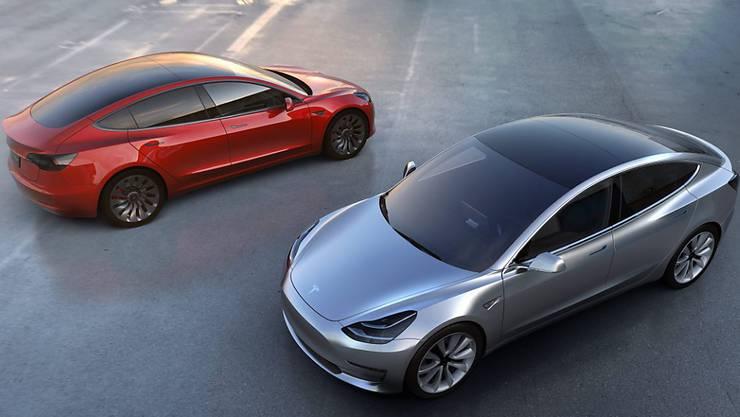 Die Anzahl immatrikulierter E-Autos steigt. Die Elektrobetriebenen machen jedoch erst einen kleinen Anteil am Gesamtmarkt aus. Im Bild: der Tesla Model 3, das bisher günstigste Teslamodell.
