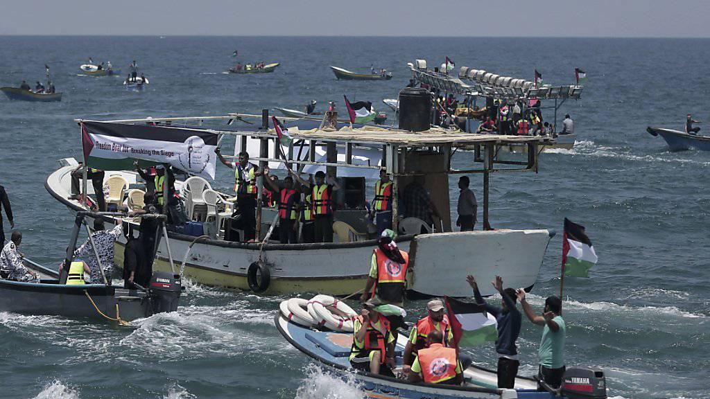 Aus Protest gegen die israelische Seeblockade des Gazastreifens ist am Dienstag eine kleine Flotte vom Hafen der Stadt Gaza in See gestochen.
