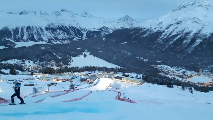 Auch wenn es eindunkelt und der Zielbereich Salastrain in St. Moritz leer steht. Die freiwilligen Helfer sind noch immer unterwegs, um alles für den nächsten Tag vorzubereiten.