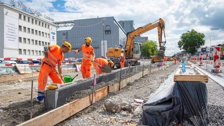 In Schlieren wird an der Limmattalbahn gebaut. Ob die Bahn bis Killwangen weiterführen wird, entscheidet sich am Sonntag, 23. September.