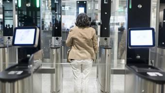 Passkontrolle am Flughafen Zürich: Künftig soll die Einreise in Schengen-Staaten wie die Schweiz nur mit einer online beantragten Genehmigung möglich sein. (Themenbild)