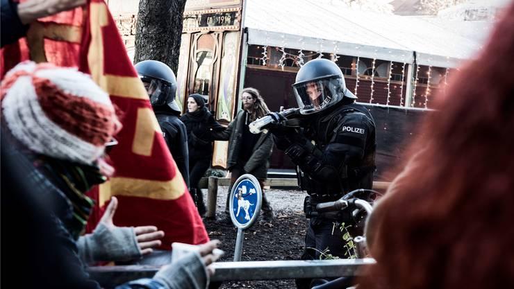 Die Polizei geht an einer unbewilligten Demonstration in Basel mit Gummischrot vor.