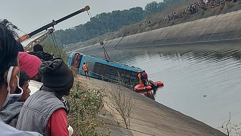 Bus in Indien stürzt in Kanal - 45 Menschen tot