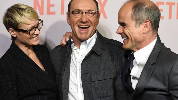 """Robin Wright (l) hat Kevin Spacey (Mitte) kaum gekannt. Kontakt hatten sie nur während der Dreharbeiten zu """"House of Cards"""". Hinweise auf sexuelles Fehlverhalten von Seiten Caseys habe es nicht gegeben, so Whright. Sie hätten nur hie und da miteinander gekichert. (Archiv)"""