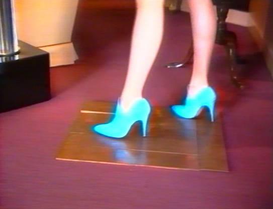 Kein Sakrileg: Eine Frau mit High Heels geht über die berühmten Bodenmetallarbeiten von Carl Andre. Der Sound von Sylvie Fleurys Videoarbeit von 1997 schallt durch die Räume, klick-klack, päng-päng. Zurzeit im Kunstmuseum Winterthur.