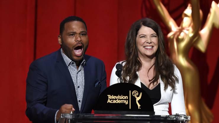 """Anthony Anderson flippte aus, als seine Moderationskollegin Lauren Graham (r, """"Gilmore Girls"""") eröffnete, dass er selber für einen Emmy nominiert sei."""