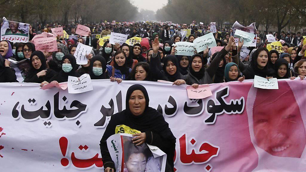 Frauen protestieren in der afghanischen Hauptstadt Kabul gegen die Ermordung ihrer schiitischen Glaubensbrüder von der Minderheit der Hasara.
