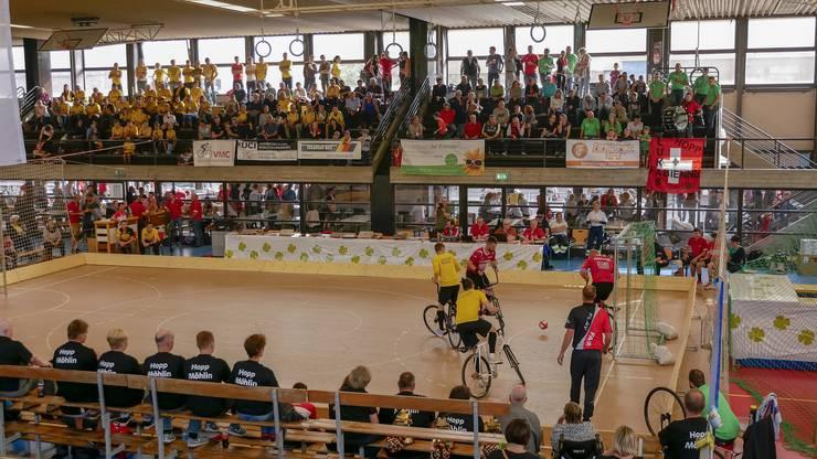 """Lautstarke Unterstützung in der Halle: Vor allem die """"gelbe Wand"""" links auf der Tribüne - Fans aus Altdorf - wussten ihre beiden Teams lautstark zu unterstützen."""