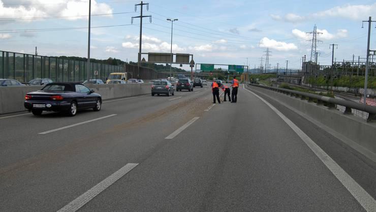 Am Lastwagen hatte sich um 16.20 Uhr während der Fahrt die hintere Ladeklappe geöffnet. (Kantonspolizei Basel-Stadt)