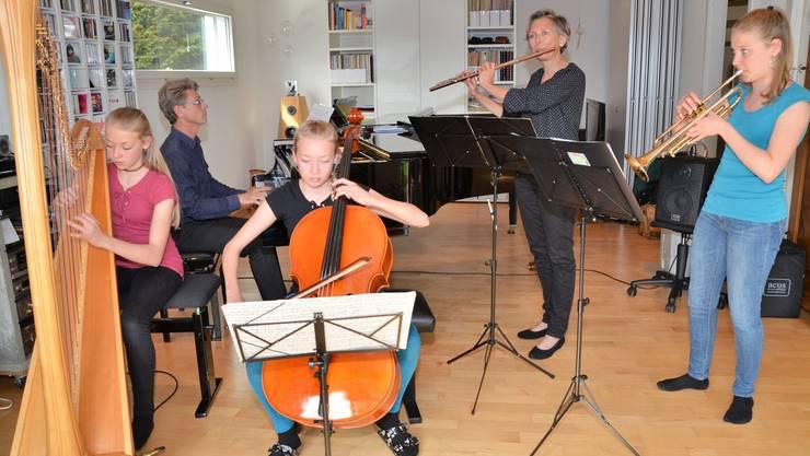 Jana, Alois, Nora, Sabina und Olivia Bürger (von links) proben zu Hause im Musikzimmer für ihre erste Tournee als Familienorchester. Christian Breitschmid