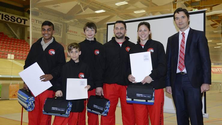Marco Luca (Dritter von rechts) an der Sportlerehrung, umrahmt von seinen ebenfalls erfolgreichen Schützlingen und dem Stadtpräsidenten François Scheidegger.