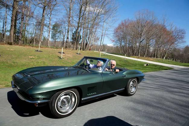 «Ich liebe Tempo», sagte Biden mal zu Talkhost Jay Leno. Hier fahren die zwei Autofans Bidens 300-PS-Corvette Stingray 1967 aus.