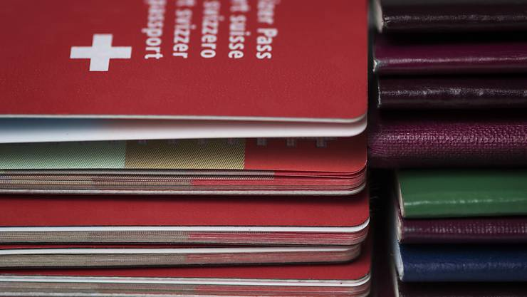 Rote und andersfarbige Pässe: Etwa jeder vierte Schweizer Staatsbürger ist Doppelbürger. (Themenbild)