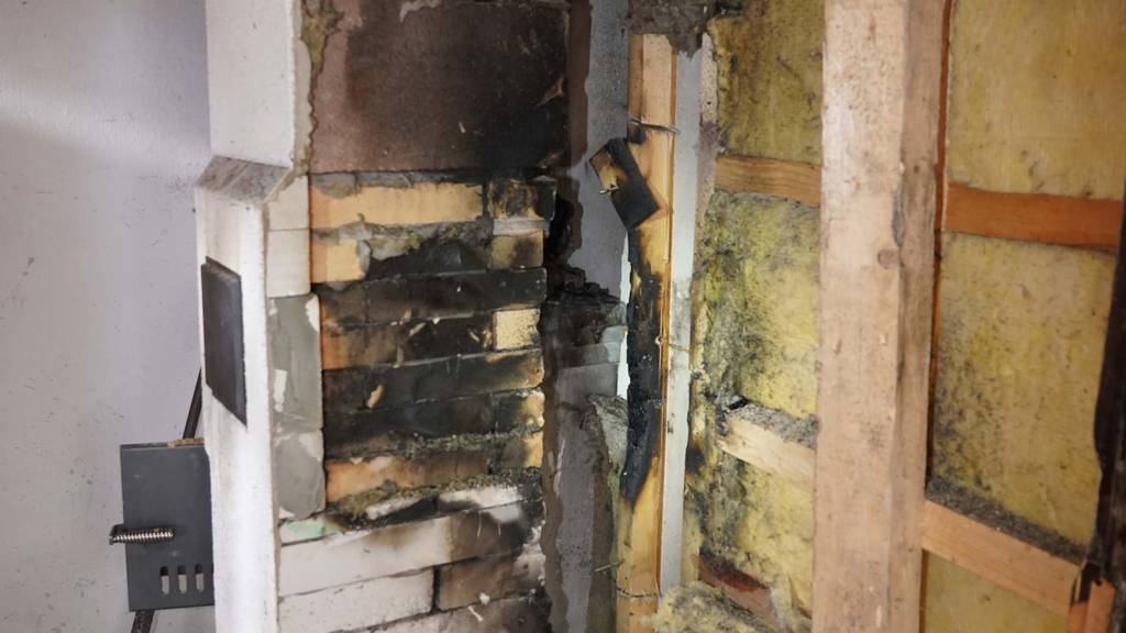 Risse im Kachelofen: Brand in Ferienhaus