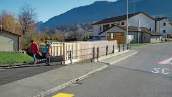 Der Fussgängersteg neben der Brücke schafft mehr Platz. So kommen sich Passanten, Schüler und der Autoverkehr nicht mehr in die Quere.
