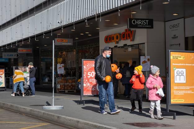Die meisten Besucher waren beim Coop - City zu sehen. Das Warenhaus verschenkte Kürbisse.