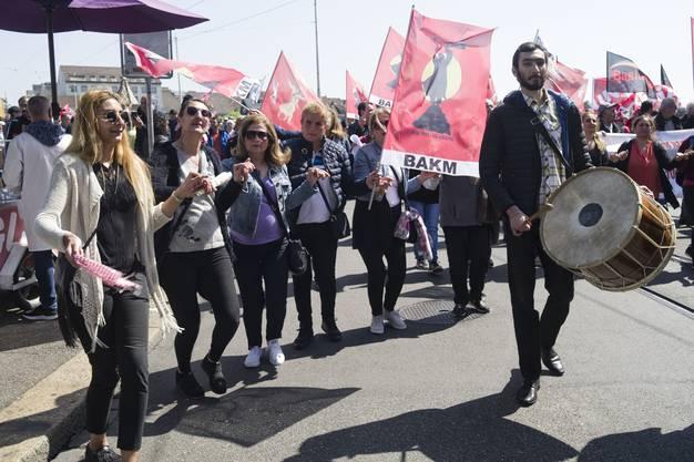 Gewerkschafter protestieren auf der Mittleren Brücke in Basel mit Unia-Fahnen gegen die Unia. Die schwarzen Fahnen und Banner werben für die Protestgewerkschaft Basis 21.