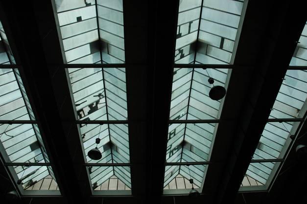 Tageslicht fällt durch die Dachfenster.