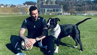 Spielt mit dem Hund statt den Teamkollegen: Francesco Margiotta vom FC Luzern.