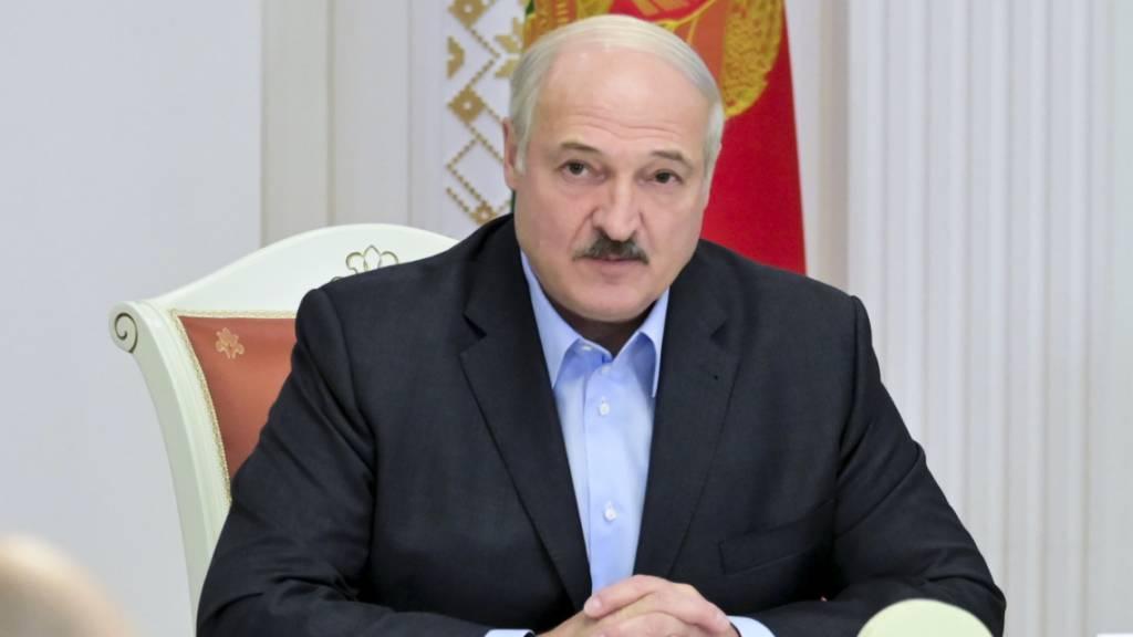 Alexander Lukaschenko, Präsident von Belarus, nimmt während der andauernden Proteste der Demokratiebewegung an einem Treffen mit dem nationalen Sicherheitsrat teil. Foto: Andrei Stasevich/BelTA/AP/dpa