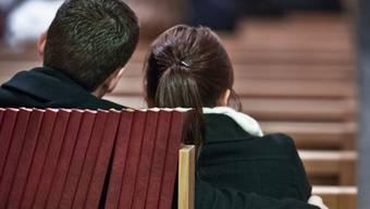 Ein junges Paar an der Segensfeier für Liebende.