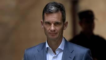 Inaki Urdangarin, der Gatte der spanischen Prinzessin Cristina letzte Woche, nachdem seine Berufung abgewiesen worden war. Am (heutigen) Montagmorgen pünktlich um acht ist der Schwager des spanischen Königs im Gefängnis erschienen, um seine Haft anzutreten.