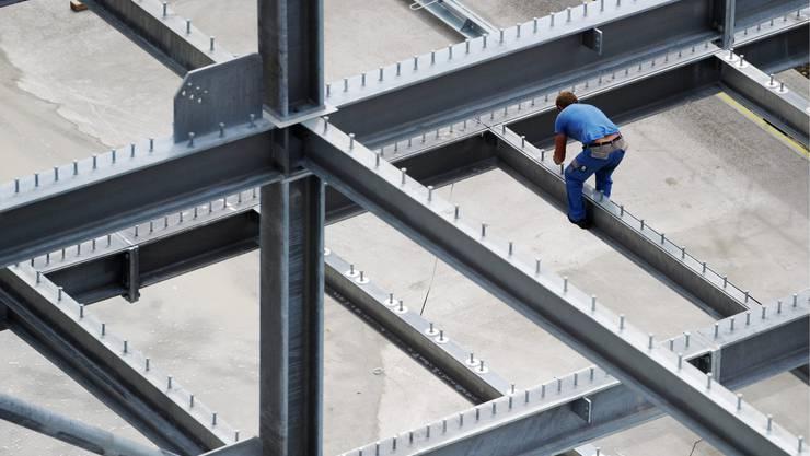 Die Arbeit auf dem Bau ist hart und herausfordernd: Das wachsende Arbeitsvolumen erhöht den Druck auf die Bauarbeiter, kritisiert die Unia.