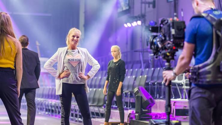 Melanie Müller strahlt bei der Probe in die Kamera.