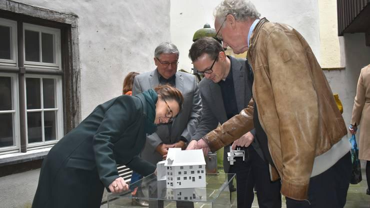 Michelle Müntefering lässt sich von Joe Schnetzler, Roland Lenzin und Hannes Burger (v.l.) über das Bauprojekt Museum Schiff informieren.
