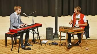 Elias Bernet am Keyboard und Nicolas Senn am Hackbrett erzeugten mit ihren Instrumenten ungewohnte Zusammenklänge.