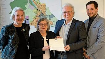Zufriedene Gesichter bei der Vertragsunterzeichnung: v.l. Karin Büchli und Béatrice Bürgin vom SGF sowie Jürg Link und Roland Suter, Niederlenz.