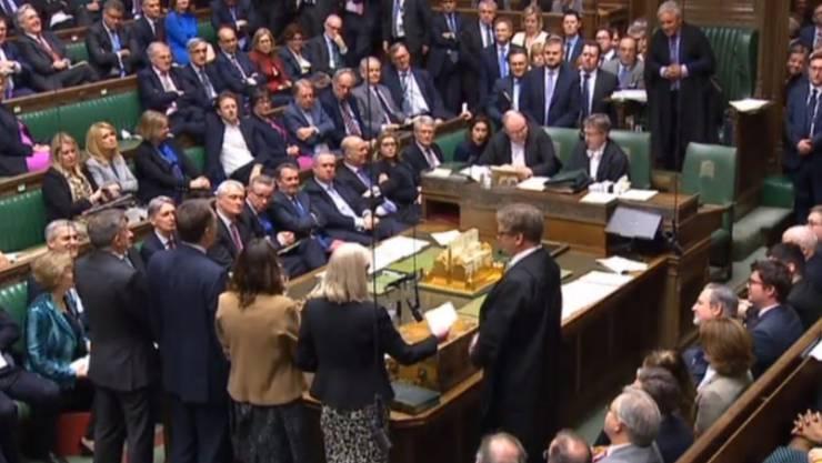 Das britische Parlament hat am Mittwoch mit der Debatte über ein Gesetz begonnen, das die Regierung zum Antrag auf eine weitere Verschiebung des Brexits zwingen könnte.