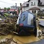 dpatopbilder - Ein durch Unwetter zerstörtes Auto im tschechischen Schönwald. Bei schweren Überschwemmungen im Osten des Landes ist ein Mensch ums Leben gekommen. Foto: Ludìk Peøina/CTK/dpa