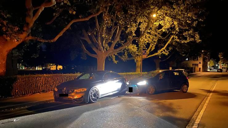 Ein 29-jähriger Lenker gerät mit seinem Auto an den rechten Strassenrand, wo er mit einem parkierten Fahrzeug kollidiert.