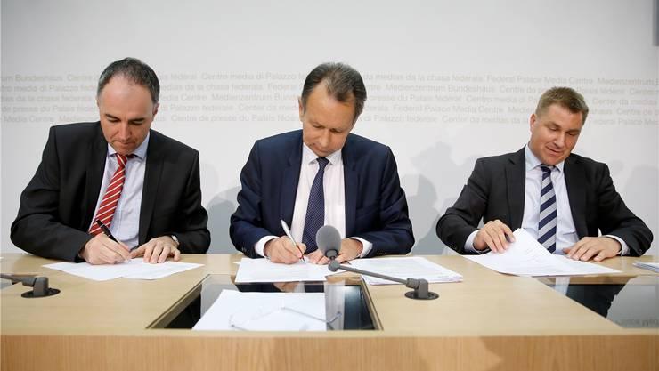 Stolz auf die Eintracht: Christophe Darbellay, Philippe Müller und Toni Brunner unterzeichnen den Vertrag.Peter Klaunzer/Key