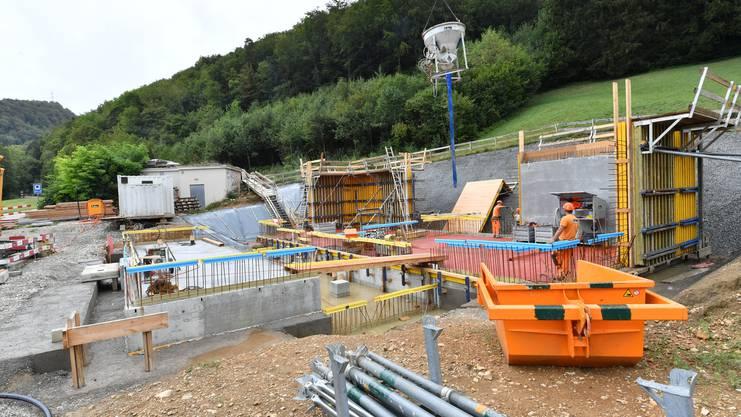 In Stüsslingen werden derzeit die Wände des Reservoirs betoniert. Im Frühjahr 2019 soll die Anlage fertig sein.