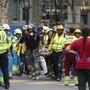 Helfer tragen einen verletzten Arbeiter vom Unfallort beim Luxushotel Ritz in Madrid weg. Der Einsturz eines Baugerüsts forderte ein Todesopfer.
