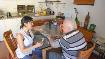 Durch die Alterung der Gesellschaft steigen auch die Kosten der Spitex-Pflege.