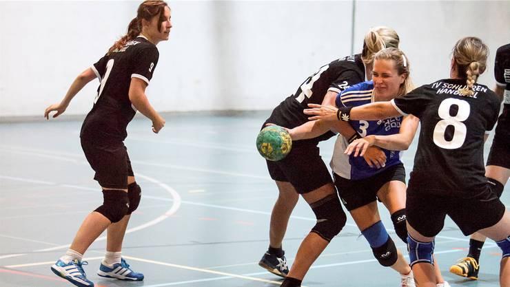 Unaufhaltsam streben Ex-NLA-Spielerin Sara Kijewski (am Ball) und der HCDU nach der 1. Liga.