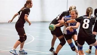 Ex-NLA-Spielerin Sara Kijewski (am Ball) und der HCDU verlieren. (Archivbild)