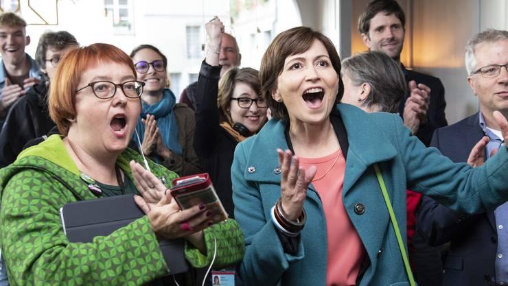 Vor der Pandemie, da war die Welt noch unbeschwert: Die damalige Grünen-Präsidentin Regula Rytz (M.) und Parteifreunde freuen sich am 20. Oktober 2019 über den Wahlsieg.