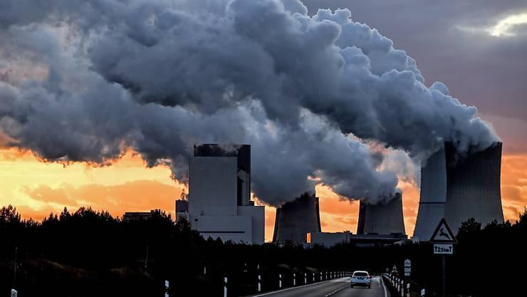 Mit den Corona-Hilfsmilliarden könnten fossile Energien gestützt werden. Im Bild Kühltürme des deutschen Kohlekraftwerks Boxberg (Archiv)