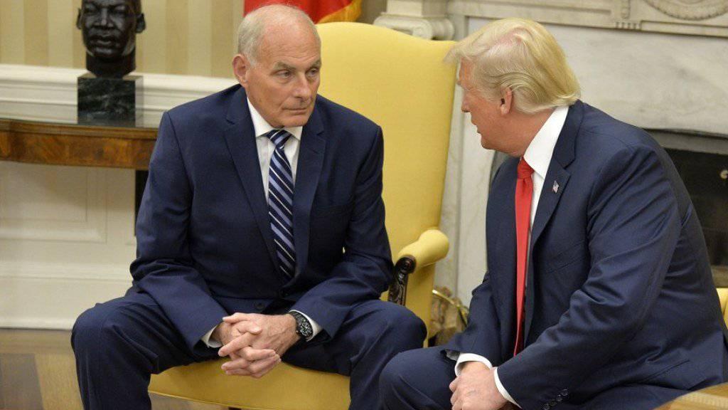 John Kelly (l.) nach seiner Vereidigung als neuer Stabschef von US-Präsident Donald Trump (r.) im Oval Office des Weissen Hauses.