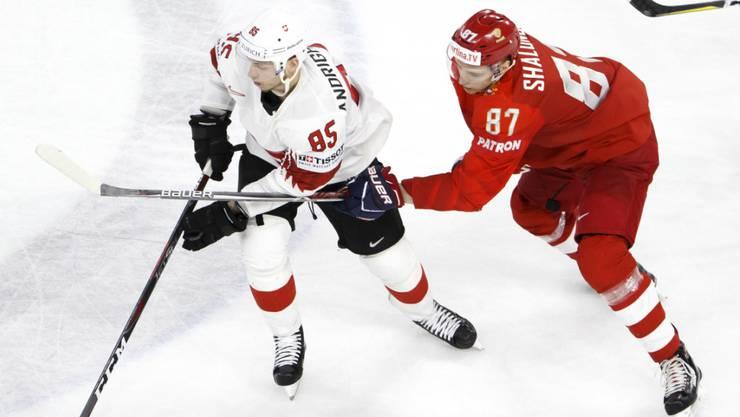 Unglücklich gekämpft: Der Schweizer Torschütze Sven Andrighetto (li.) entwischt dem Russen Maxim Schalunow, geht aber am Ende als Verlierer vom Eis