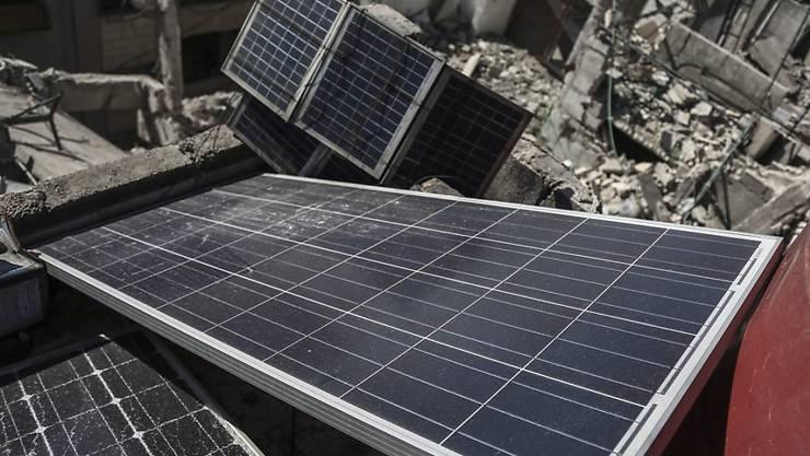 Solarpanels in Gebäudetrümmern nahe Damaskus zur Gewinnung von Strom