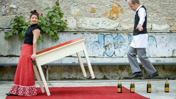 Esther und Jonas Slanzi des Künstlerduos E1NZ gaben an der Medieninformation einen Vorgeschmack darauf, was die Aargauer Delegation in Vevey bieten wird: Zirkus und Wein.