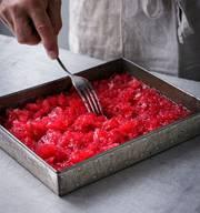 Selbst gemachte GranitaWer glaubt, ohne Glacemaschine erhalte man kein vernünftiges Eis, liegt falsch. Granita klappt ohne Glacemaschine fast besser. Granita di Limone ist der erfrischendste Klassiker unter den sizilianischen Eisspezialitäten.  Rezept ohne Alkohol540 ml Wasser und 240 g Zucker aufkochen und erkalten lassen. 240 g frisch gepressten Zitronensaft durch ein Sieb in den Sirup geben sowie die Schale einer halben Zitrone, in feine Stücke geschnitten, hinzugeben. Die Granitamasse in eine Auflaufform flach eingiessen (maximal vier bis fünf Zentimeter). Zwei bis drei Stunden in den Gefrierschrank stellen. Alle 30 Minuten mit einer Gabel durchrühren und aufkratzen, bis eine schön kristallige, aber noch etwas flüssige Textur entstanden ist. Zum Servieren Masse nochmals umrühren oder fein zerhacken. In gekühlte Gläser füllen und mit Minzeblättchen garnieren. Granita eignet sich auch perfekt als Grundlage erfrischender Dessert-Drinks, dafür vor dem Servieren einfach einen Schuss Wodka hinzugeben. Oder von Anfang an mit Alkohol kombinieren. Wie bei der Himbeer-Granita mit Gin.  Rezept mit Alkohol80 Gramm Zucker mit 350 ml Wasser aufkochen, abkühlen lassen und 550 g gefrorene Himbeeren antauen lassen und durch ein Sieb streichen (oder pürieren). Den Saft einer Limette und rund 80 ml Gin dazugeben und die Masse einfrieren und umrühren wie beim Grundrezept. Das Resultat ist ein erfrischendes und überraschendes Dessert. (kaf)