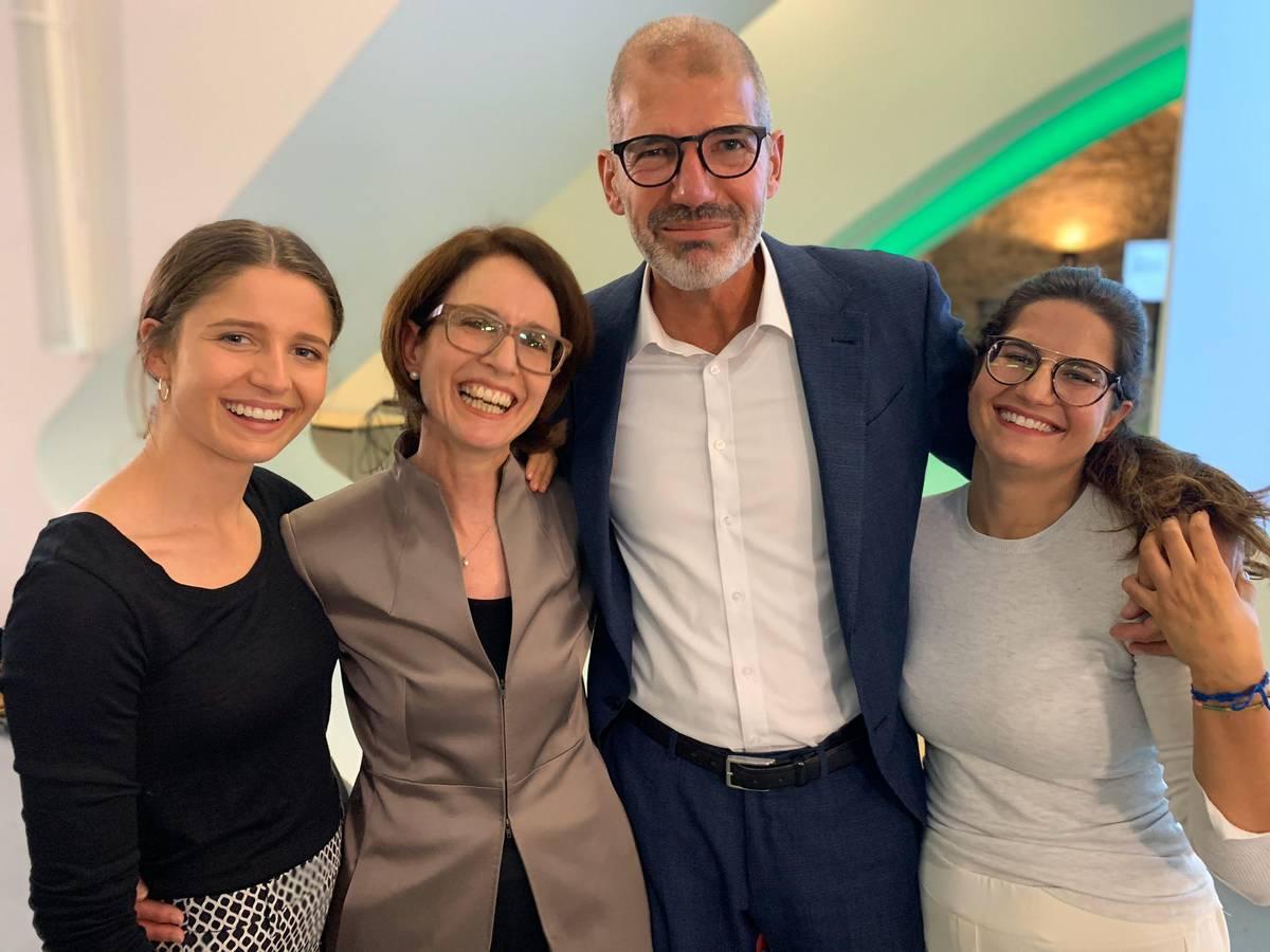 Susanne Vincenz-Stauffacher (FDP, Zweite von links) wurde als eine von fünf Frauen in den Nationalrat gewählt. Ihre Familie unterstützte sie am Tag der Entscheidung kräftig. (© FM1Today)
