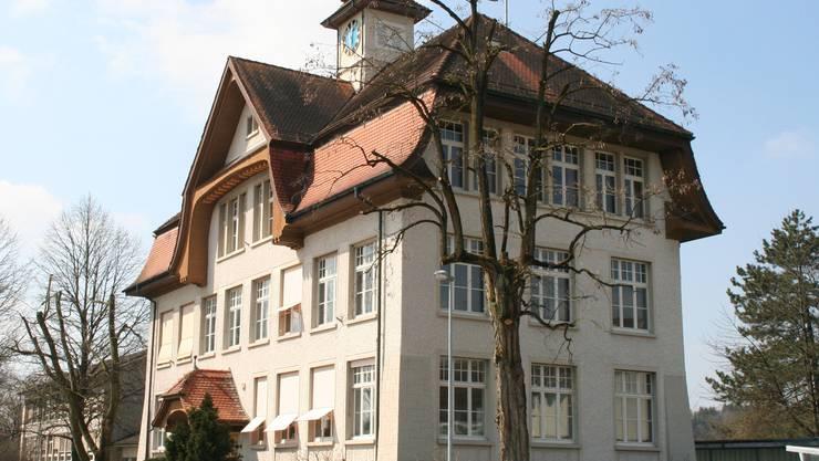 Die über 100-jährigen Fenster im Gemeindehaus sind undicht. SIM/ARCHIV